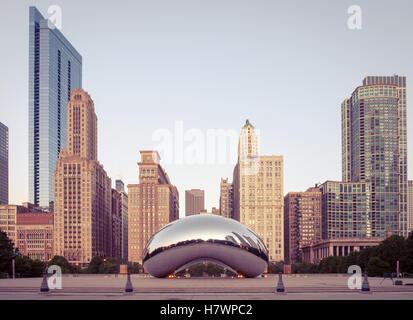 Cloud Gate (le Chicago Bean, le Bean), une sculpture publique par Anish Kapoor, tôt le matin, la lumière du Millennium Banque D'Images
