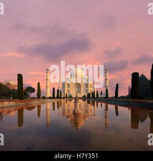Personne ne présente que Taj Mahal brille magnifiquement au coucher du soleil reflétée dans l'eau jardin avant de Banque D'Images