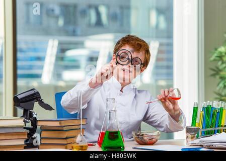 Jeune chimiste fou dans le laboratoire Banque D'Images