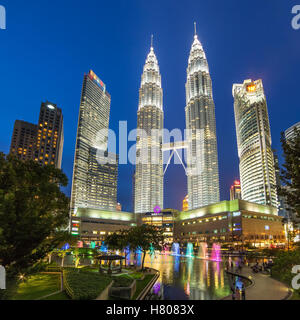 Tours Petronas Famouse de nuit à Kuala Lumpur, Malaisie. Banque D'Images