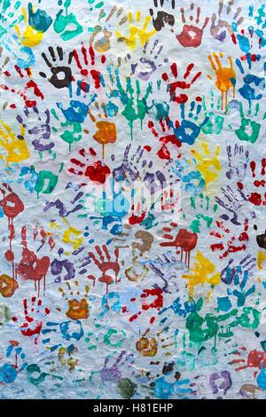 Le Maroc, Chefchaouen, main couleur imprime sur le mur Banque D'Images
