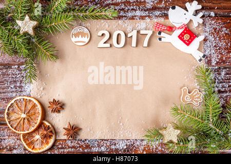 Composition de Noël avec date de l'année 2017 sur papier vintage dans le haut du cadre. Inscription, bordée de vieux Banque D'Images