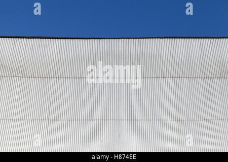Bâtiment industriel mur fait de feuille de métal ondulé, under blue sky Banque D'Images