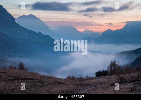 À l'aube d'automne Col Falzarego près de Cortina d'Ampezzo, Belluno, Veneto, Italie. Dolomites. Banque D'Images