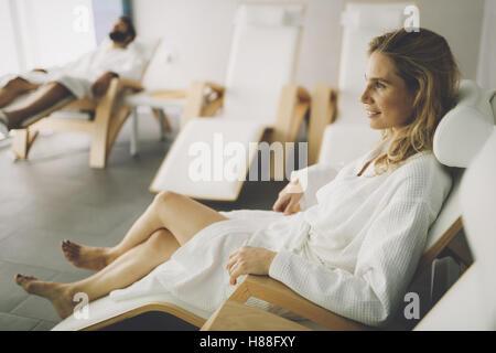 Belle femme en peignoir en relaxant spa center Banque D'Images