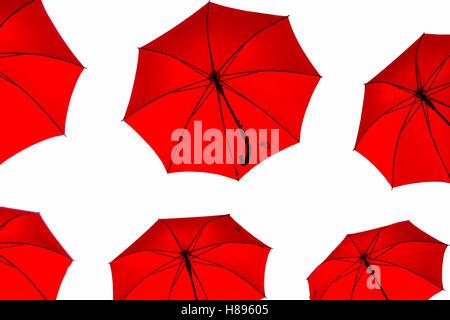 Parapluies rouges sur fond blanc, tourné à partir de ci-dessous, conception graphique isolé Banque D'Images