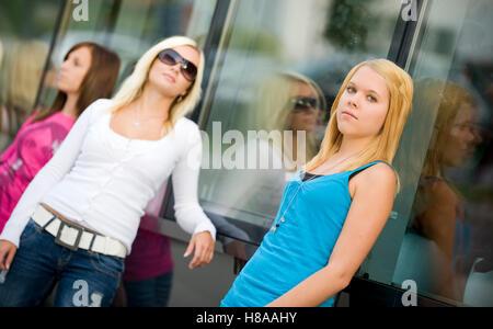 Trois adolescentes appuyé contre une fenêtre-front Banque D'Images