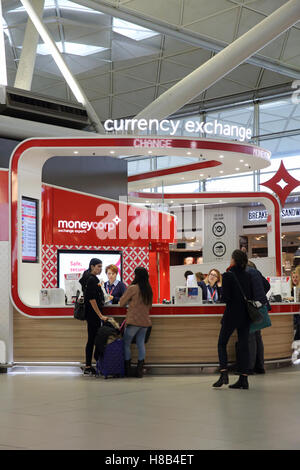 Les voyageurs l 39 a roport de stansted londres banque d 39 images photo stock 165461229 alamy - Bureau de change aeroport ...