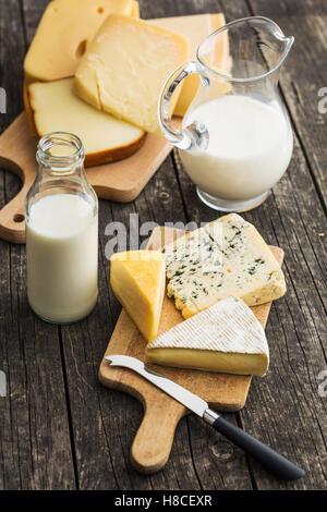 Différents types de fromages sur la vieille table en bois. Banque D'Images