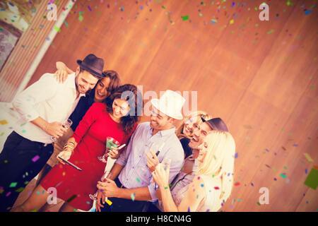 Image composite du groupe d'amis prenant selfies Banque D'Images