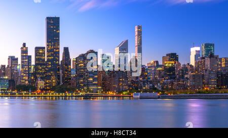 New York City skyline de Manhattan à partir de l'autre côté de la rivière Hudson. Banque D'Images