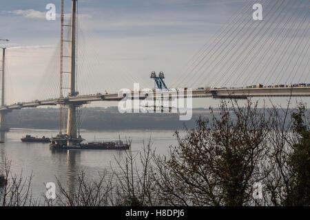 Queensferry, Edinburgh, Ecosse, 11 septembre, novembre, 2016. Forth Bridges. La 2ème rue pont est presque terminée avec le dernier segment de la section nord étant en position à l'aide du treuil depuis le ponton flottant ci-dessous. Phil Hutchinson/Alamy Live News