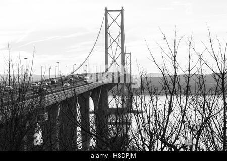 Queensferry, Edinburgh, Ecosse, 11 septembre, novembre, 2016. Forth Bridges. L'actuel pont de Forth Road est toujours en tenant le trafic tandis que le deuxième pont-route est en voie d'achèvement. Phil Hutchinson/Alamy Live News