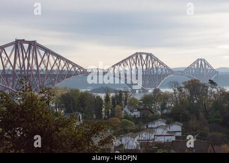 Queensferry, Edinburgh, Ecosse, 11 septembre, novembre, 2016. Le pont de chemin de fer, qui porte encore les deux passagers et fret. Photo est prise à la recherche du Nord vers le sud à partir de Queensferry. Phil Hutchinson/Alamy Live News