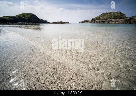 Iona, Ecosse - le parfait étonnamment clair des eaux peu profondes de l'interdiction du port de la baie et la plage. Banque D'Images