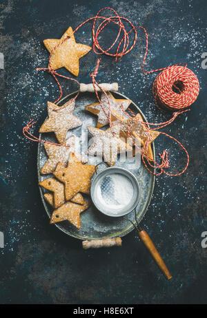 Vacances de Noël en forme d'étoile gingerbread cookies pour décoration d'arbre de Noël, tamis, flocons de décoration, Banque D'Images