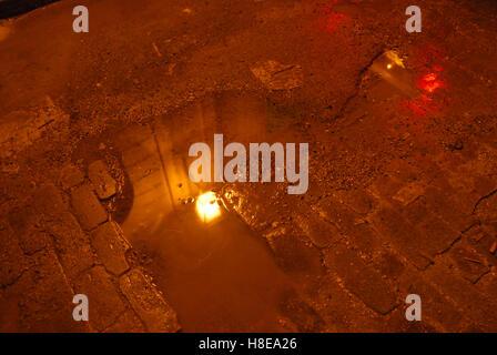 Dans la rue illuminée la nuit, Centro Habana La Havane, Cuba, Antilles. Banque D'Images