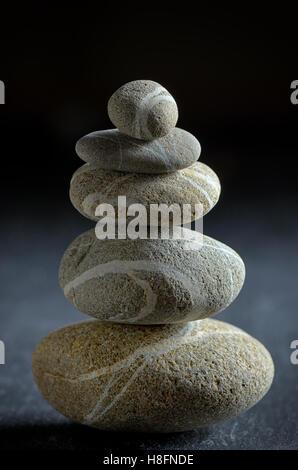 Pile de pierres sur fond noir Banque D'Images