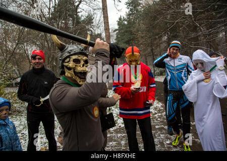 Des gens habillés en costumes de Halloween posent pour une photo qu'ils assistent à la célébration de l'Halloween Banque D'Images