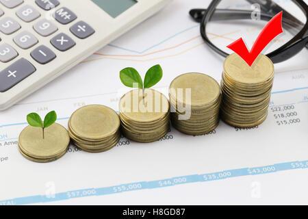Pile de pièces en argent business graph et dans la croissance des entreprises ont treetop concept sur papier du Banque D'Images