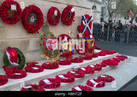 London UK.13 Novembre 2016. Les grandes foules voir le mémorial des couronnes placées autour du cénotaphe au cours de Dimanche du souvenir par les membres de la famille royale, les politiciens et les services Credit: amer ghazzal/Alamy Live News