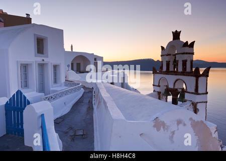 Vue sur le village d''Oia sur l'île de Santorin en Grèce.