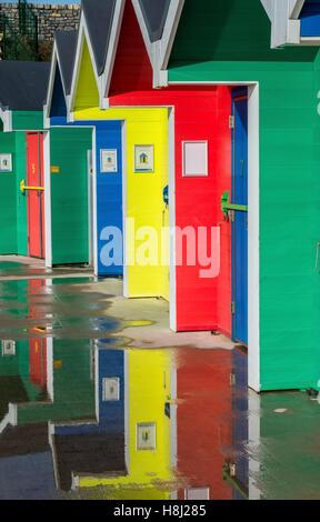 Cabines colorées à Whitmore Bay sur l'île de Barry dans le sud du Pays de Galles, où une grande partie de l'Gavin Banque D'Images
