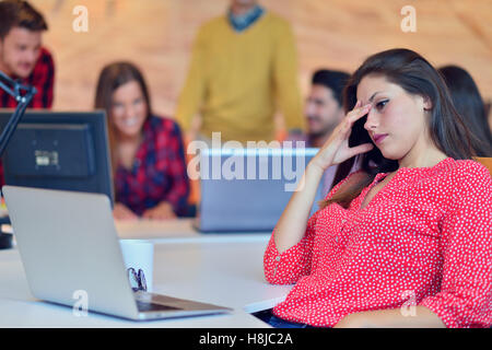 Les jeunes professionnels travaillent dans un bureau moderne.L'équipe de projet à l'étude. Banque D'Images
