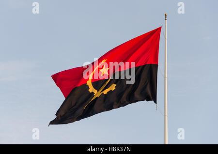 Drapeau de l'Angola volant à la Forteresse de São Miguel, Luanda. Il est censé être l'un des plus grands drapeaux Banque D'Images