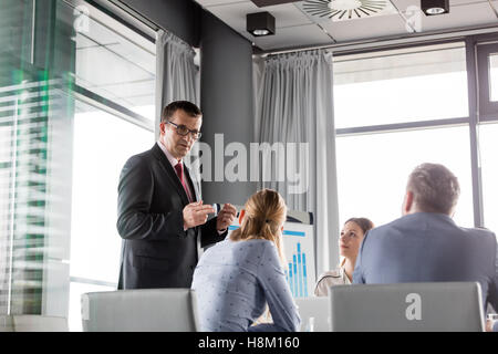 Mature businessman with colleagues in Banque D'Images