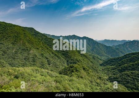 Mutianyu, Chine - paysage de la Grande Muraille de Chine. Le mur s'étend sur plus de 6 000 kilomètres de montagnes Banque D'Images