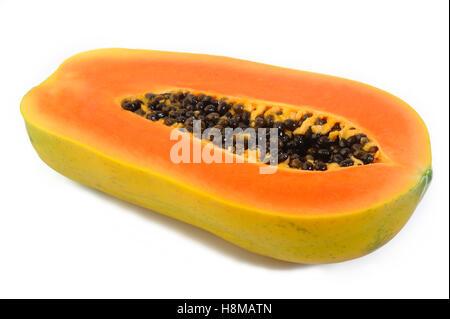 Tranches de papaye sur fond blanc Banque D'Images