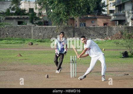 Des garçons jouent à crickert, Pune Banque D'Images
