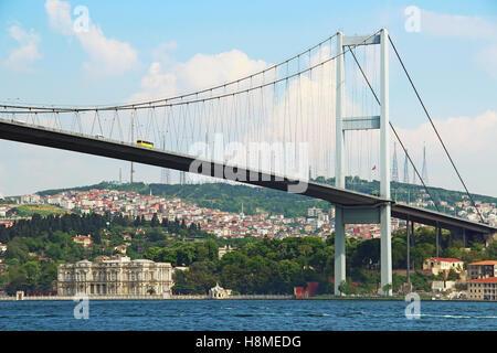 Pont du Bosphore et le Palais de Beylerbeyi, Istanbul, Turquie Banque D'Images