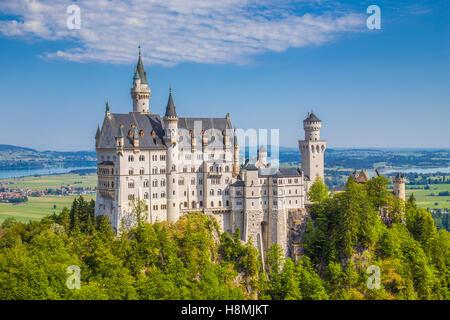 La vue classique du célèbre château de Neuschwanstein, l'un des châteaux les plus visités d'Europe, sur une belle Banque D'Images