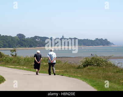 Personnes âgées en train de marcher le long de la parade, Weston Weston shore rockfield, Southampton, Hampshire, Banque D'Images