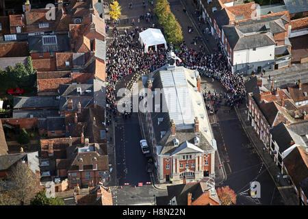 Vue aérienne de Henley on Thames Market Square et Town Hall le Dimanche du souvenir 2016, UK Banque D'Images