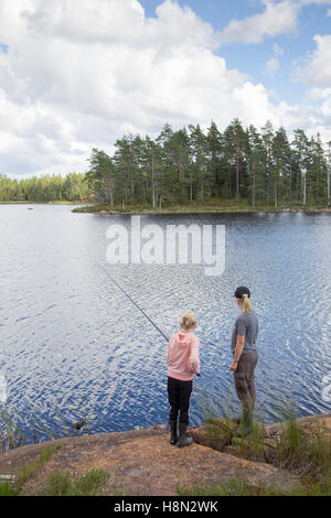 Mature Woman and girl (12-13) La pêche dans le lac Banque D'Images