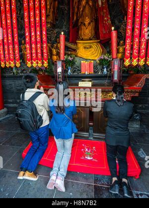 Les croyants chinois priant dans le Temple du Bouddha de Jade à Shanghai, Chine Banque D'Images