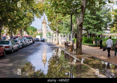 Av. Isabel La Catolica, avec les reflets dans les flaques, Séville, Espagne. Banque D'Images