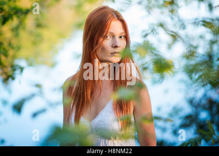 Portrait of young woman in forest Banque D'Images