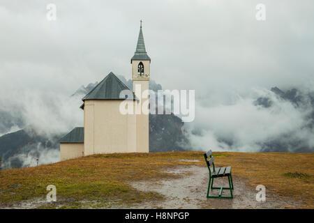 Chapelle dans Lozzo di Cadore, Dolomites, Italie. Banque D'Images