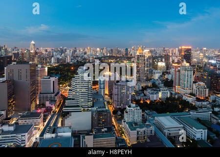 Vue de nuit de Bangkok avec des gratte-ciel dans le quartier des affaires de Bangkok en Thaïlande. Banque D'Images
