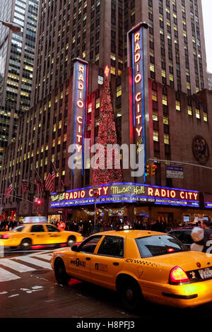 New York City, New York, United States. Le Radio City Music Hall à Noël Banque D'Images
