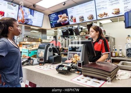 Vero Beach Florida restaurant McDonald's restauration rapide comptoir intérieur caisse employée Black teen girl Banque D'Images
