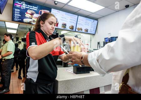 Vero Beach Florida restaurant McDonald's restauration rapide comptoir intérieur femme caissier afin de dons des Banque D'Images