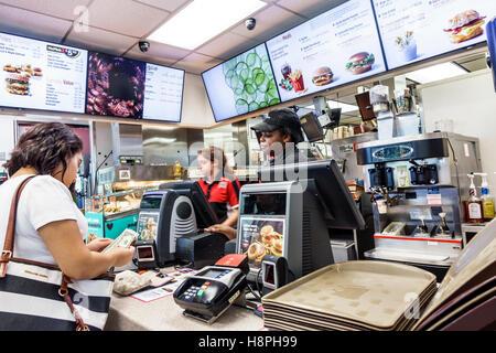 Vero Beach Florida restaurant McDonald's restauration rapide comptoir caisse noire de l'intérieur de payer de l'argent Banque D'Images