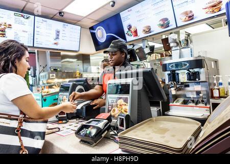 Vero Beach Florida restaurant McDonald's restauration rapide comptoir intérieur caisse black woman employee comptant Banque D'Images