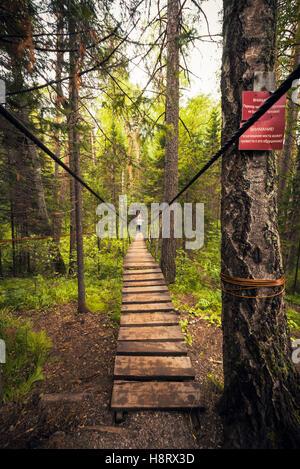 Pont suspendu au parc naturel de Ruchi Oleni (région de Sverdlovsk) Banque D'Images