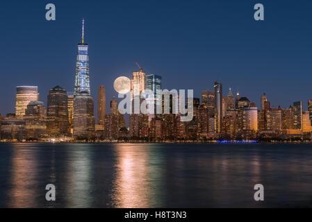Perigee pleine lune sur les gratte-ciel de Manhattan-New York inférieur Banque D'Images